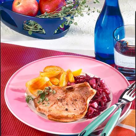 Schweinekotelett mit Apfel-Rotkohl und Röstkartoffeln Rezept