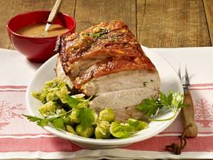 Schweinekrustenbraten mit Honig-Glühweinsoße und Rosenkohl Rezept
