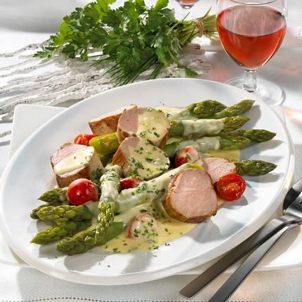 Schweinelendchen mit grünem Spargel, Kirschtomaten und Kräuter-Hollandaise Rezept