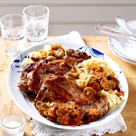 Schweinenacken-Kotelett mit Pilzrahm und Nudeln Rezept