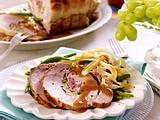Schweinerollbraten mit Schinken und Weintrauben Rezept