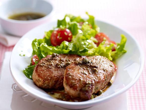 Schweineschnitzel mit Kapern-Sardellenbutter und grünem Salat Rezept