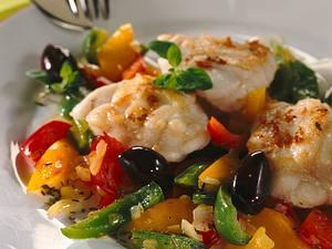 Seeteufel mit Paprika-Oliven-Gemüse Rezept
