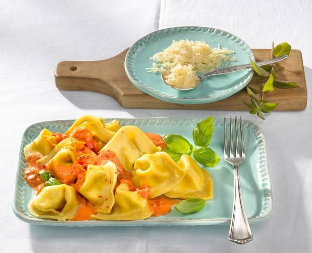 Selbstgemachte Ricotta-Tortellini mit Tomaten-Orangensoße