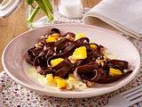 Selbstgemachte Schokoladennudeln mit Mango, karamellisierten Mandeln und Vanillesoße Rezept