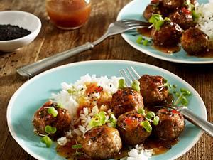 Sesam-Hackbällchen mit Ingwer und Koriander in süß-saurer Soße zu Basmati-Reis Rezept
