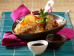 Sesamtofu auf Glasnudel-Gemüse-Salat Rezept