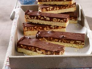 Shortbread-Kuchen mit Snickers und Karamell-Erdnusscreme Rezept