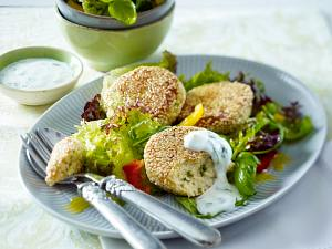 Soja-Taler auf gemischtem Salat zu Joghurt-Dip Rezept