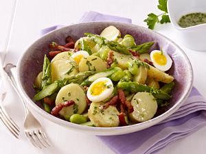 Sommerlicher Kartoffelsalat mit grünem Spargel, dicken Bohnen und krossem Speck Rezept