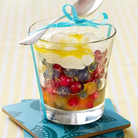 Sommerlicher Obstsalat unter Mascarpone-Joghurt-Haube Rezept