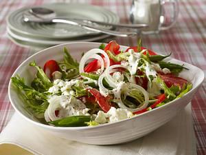 Sommersalat mit Bohnen, Paprika, Frisee und Schafskäse-Joghurt-Dressing Rezept