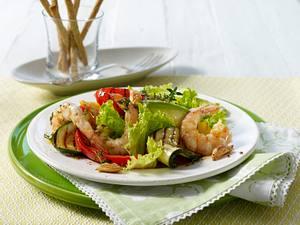 Sommersalat mit Grillgemüse und Garnelen Rezept