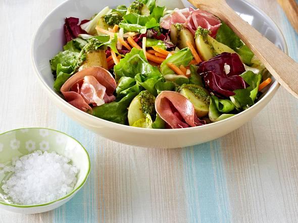 Sommersalat mit neuen Kartoffeln und Pesto Rezept