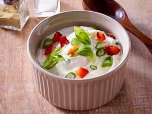Sour Cream mit gerösteter Paprika, Lauchzwiebeln und Basilikum Rezept