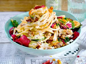 Spaghetti mit Hack-Feta-Soße und Gemüsechips Rezept