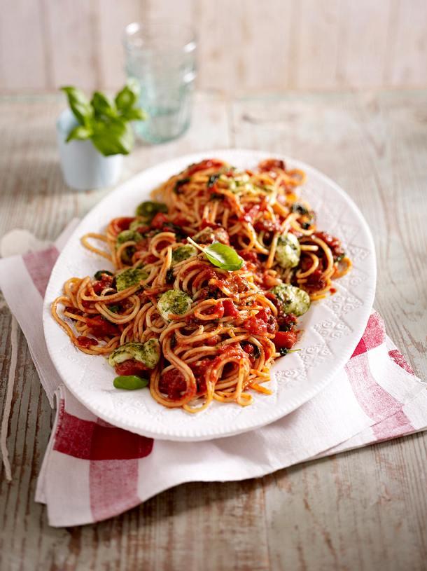 spaghetti all 39 amatriciana mit mozzarella pesto b llchen rezept lecker. Black Bedroom Furniture Sets. Home Design Ideas