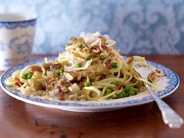 Spaghetti-Erbsen-Pfanne mit Parmesan-Brotbröseln Rezept