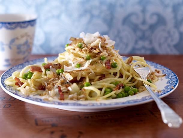 spaghetti erbsen pfanne mit parmesan brotbr seln rezept lecker. Black Bedroom Furniture Sets. Home Design Ideas
