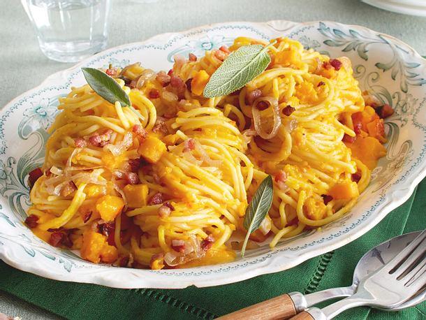 Spaghetti in cremiger Kürbissoße mit Salbei und Speck Rezept