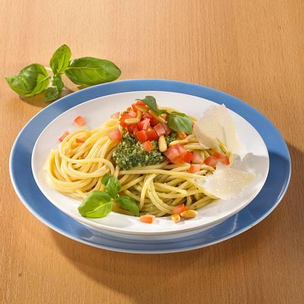 Spaghetti mit Basilikumpesto und Tomate  Rezept