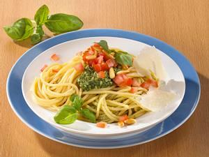 Spaghetti mit Basilikumpesto und Tomate (kalorienarm) Rezept
