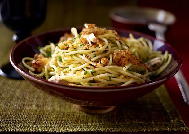 Spaghetti mit Brotbröseln und Hähnchenbrust Rezept