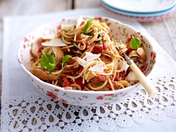 Spaghetti mit Bruschettasoße und Hähnchenstreifen Rezept