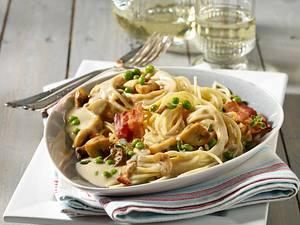 Spaghetti mit Champignon-Steinpilz-Rahm, Erbsen und Frühstücksspeck Rezept