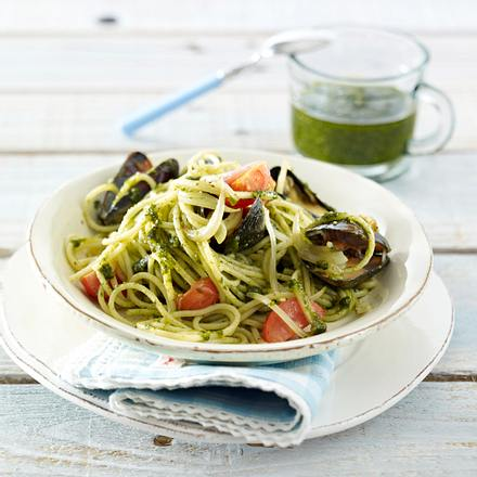 Spaghetti mit Mandel-Basilikum-Pesto und Muscheln Rezept