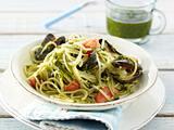 Spaghetti mit Mandel-Basilikum-Pesto und Muscheln (Single) Rezept
