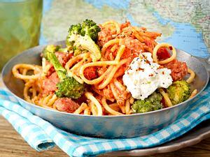 Spaghetti mit Zwiebelmett in Tomaten-Harissa-Soße Rezept