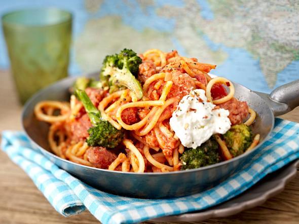 Spaghetti mit Zwiebelmett in Tomaten-Harissasoße Rezept