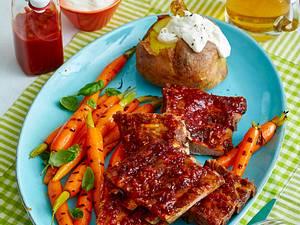 Spareribs mit Backkartoffel und Basilikum-Möhren Rezept