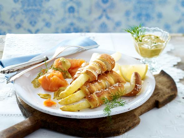 Spargel im Brezelmantel mit Lachs und Honig-Senfsoße Rezept