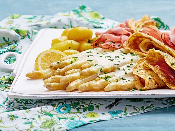Spargel-Schinken-Platte mit Schnittlauchpfannkuchen Rezept
