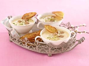 Spargelcreme-Suppe mit Brätbällchen und Ciabatta-Chips Rezept