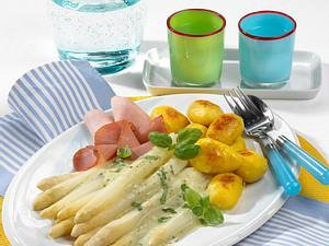 Spargelplatte mit Röstkartoffeln und Basilikumsoße Rezept