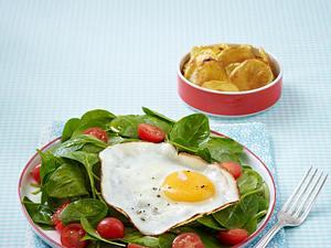 Spiegelei mit Spinatsalat und leichten Bratkartoffeln Rezept