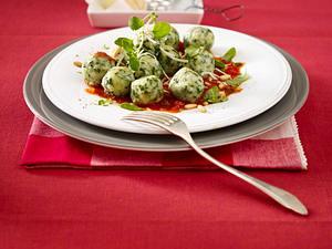Spinat-Ricotta-Klöße in Tomatensoße Rezept