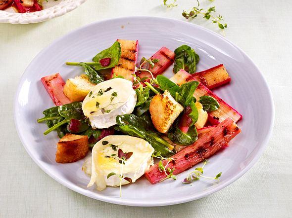 Spinatsalat mit gebackenem Ziegenkäse, Knoblauch-Croûtons und Rhabarber Rezept