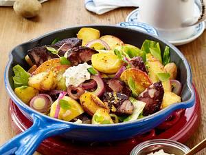 Spitzkohl-Blutwurst-Pfanne mit Bratkartoffeln und Äpfeln Rezept