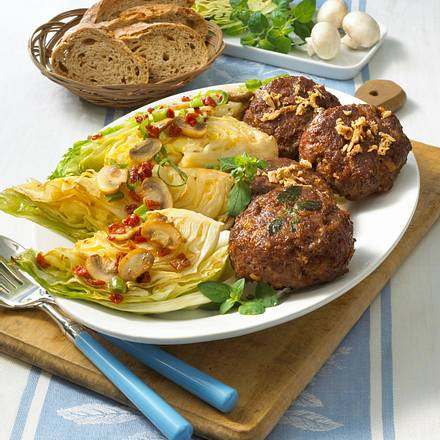 Spitzkohl mit Pilz-Tomatenbutter und Frikadellen Rezept