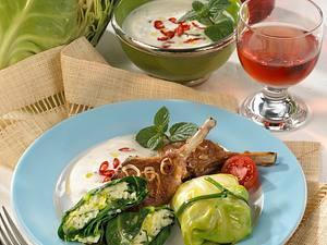 Spitzkohl-Risotto-Päckchen mit Lamm-Stielkoteletts und Minz-Joghurt-Soße Rezept