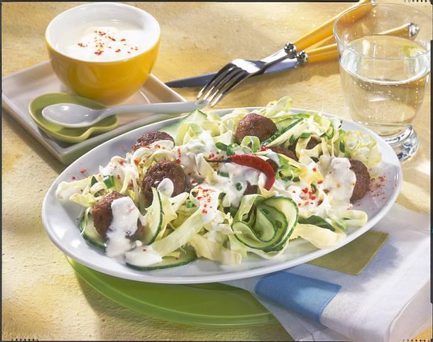 Spitzkohlsalat mit Hackbällchen Rezept