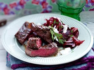 Steakstreifen mit Rote Bete-Zwiebelsalat und Meerrettichcreme Rezept