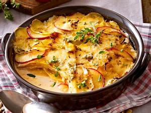 Steckrüben-Kartoffel-Gratin mit Apfelscheiben und Gorgonzola Rezept