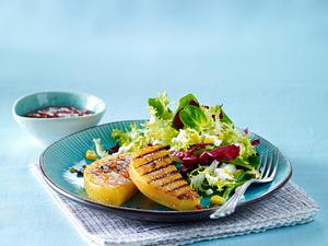 Steckrüben-Steaks mit Salsa und Salat Rezept