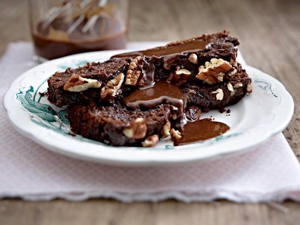 Sticky Chocolate Cake mit Pekannüssen und Schokosoße Rezept