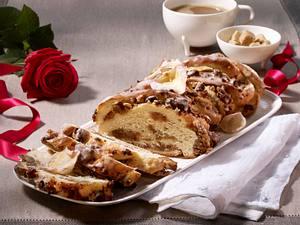 Striezel mit Dattel-Walnussfüllung und kandierten Rosenblättern Rezept
